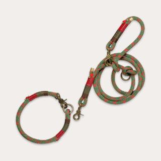 Scott Tau-Leine in frischer, grün-roter Musterung. Bestückt mit bronzefarbenen Funktionsringen, Scheren-Karabinern und Endkappen.